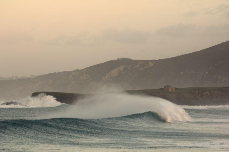 SANTA COMBA, FERROL. Playa protegida de los temporales del Oeste. Olas cortas y huecas, de corto recorrido. No tan frecuentes en calidad como otras playas. Calidad del agua excelente.    Surf spot revisado por http://www.desdelacroa.blogspot.com.es