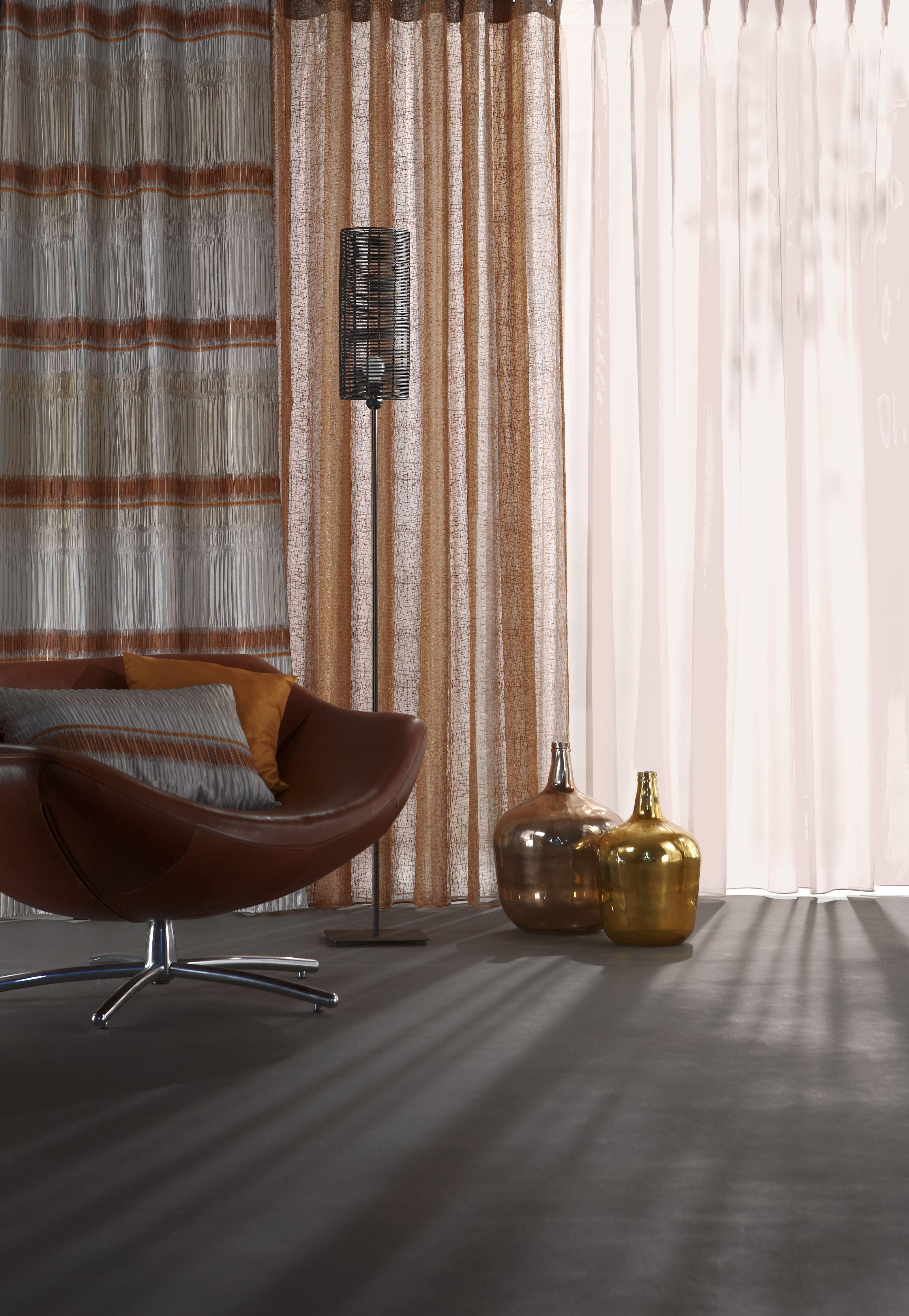 Warm koper: gordijnen van Vriesco en vazen van Mica#interiorfabrics ...