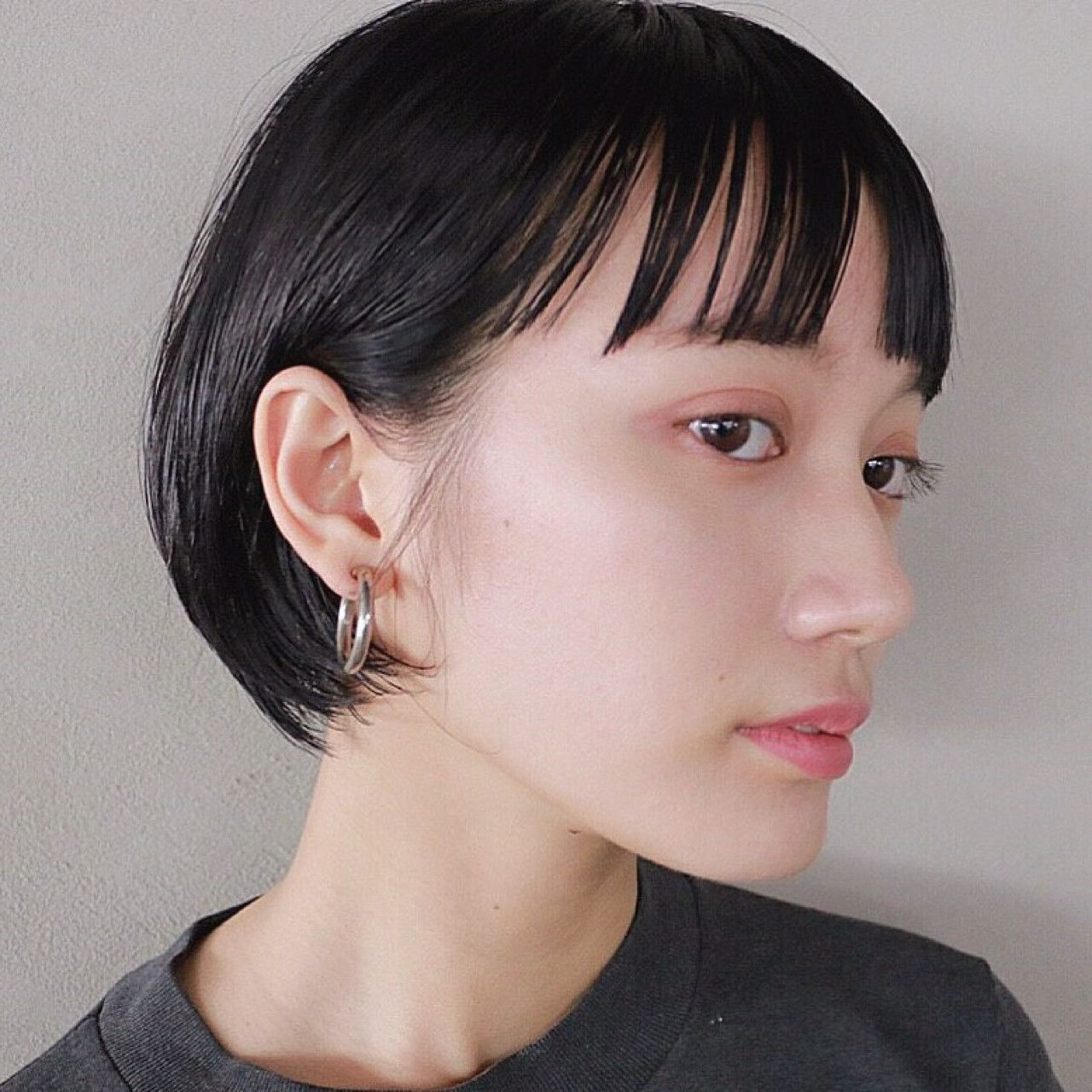 伸ばしかけショートは前髪で変化を 短い髪のためのヘアスタイル