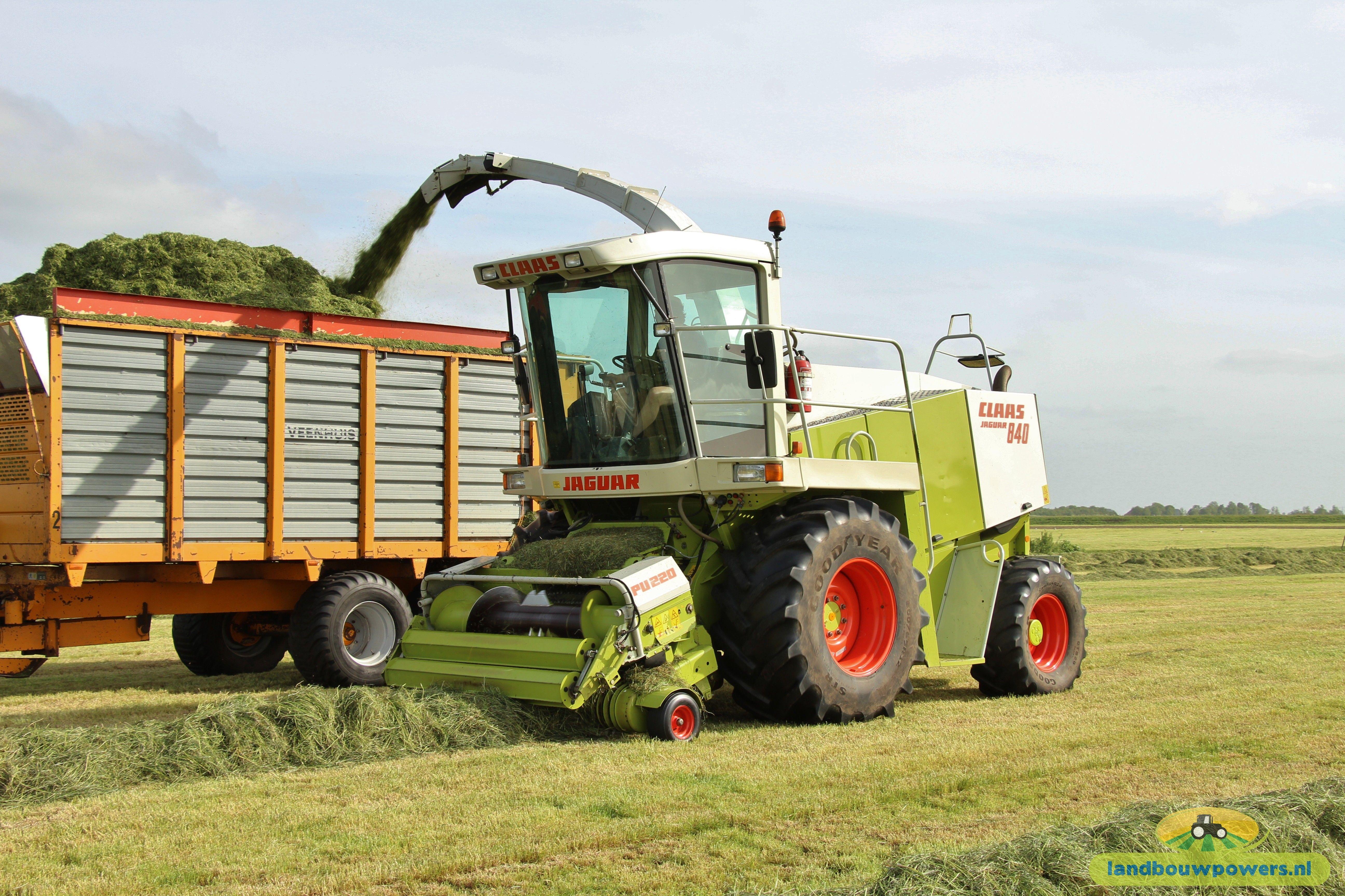 Tijdens Een Ronde Kwam Ik Loonbedrijf Boezerooy Tegen Die Druk Aan Het Gras Hakselen Was Bij Een Klant In Spanga Door Het Mooie Weer Was Gras Tractor Case Ih