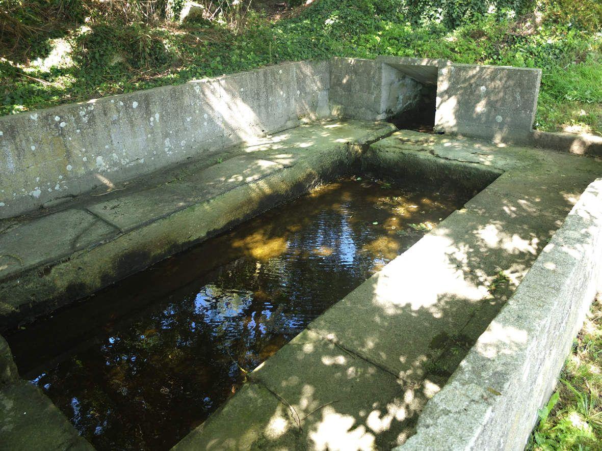 PLOUGOULM : Fontaine et lavoir de Kerguidu