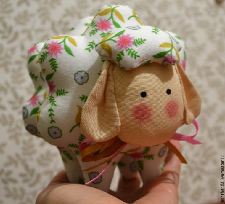 Хочу поделиться с вами мастер-классом по овечке, как раз к Пасхе :) Весна уже в разгаре, но осталось еще время, чтобы сшить своими руками милую цветочную овечку Бяшку. Такая игрушка — чудесный подарок для близких и друзей, она украсит дом на Пасху, уютно устроится в спальне или детской. Овечку можно сшить из ткани любой расцветки, она будет хороша в самых разных вариантах.