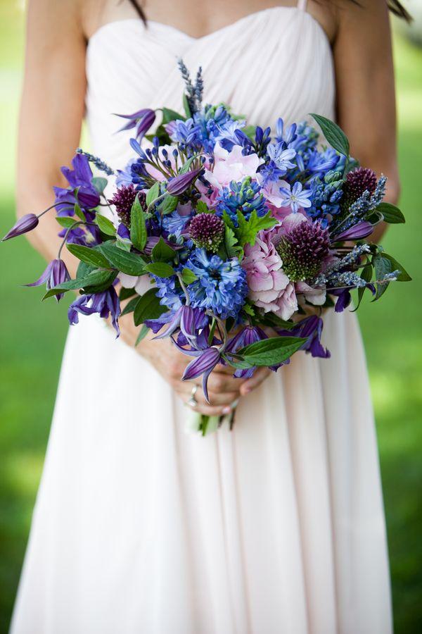 Ramo de novia morado con jacintos, clemátides, hortensia, agapantos y lavanda :: Violet wedding bouquet with hydrangeas, hyacinths, african lily, clematis and lavender