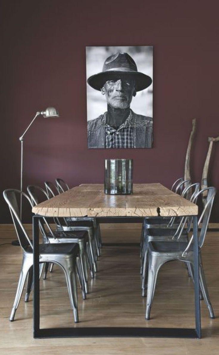 mélange élégant et surprenant d'un mur violet taupe, avec le rustic