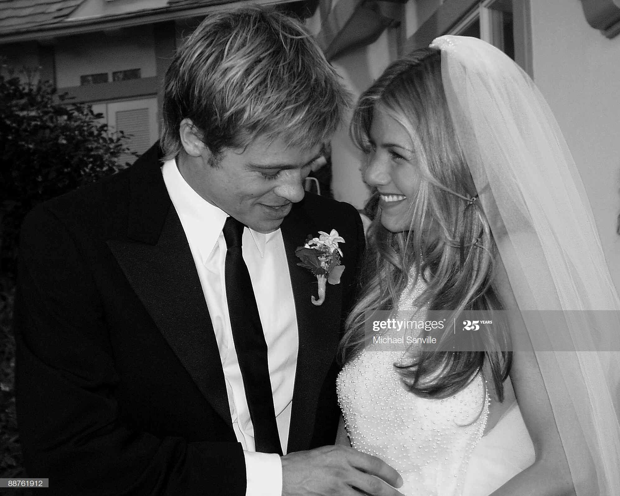 Office Newlyweds Brad Pitt And Jennifer Aniston Pose For Pictures Jennifer Aniston Wedding Jennifer Aniston Wedding Dress Brad Pitt And Jennifer