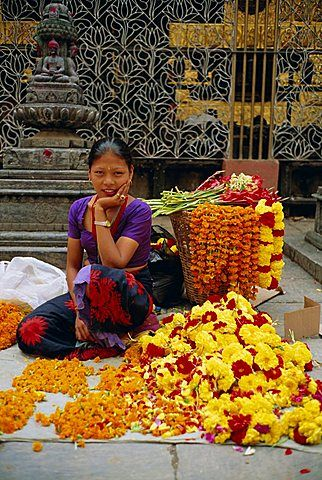 Mujer que vende flores, templo budista Asan Tole, Katmandú, Valle de Katmandú…