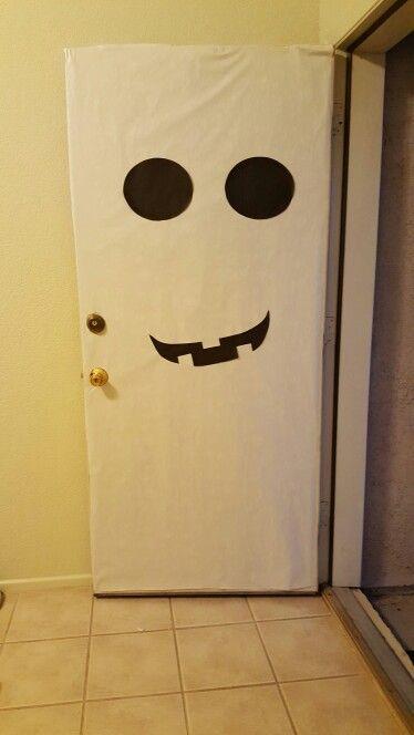 Una Idea Sencilla De Decorar La Puerta Para Halloween Fantasma Halloween Diadebrujas Decoracion Decorati Puerta De Halloween Decoracion Puerta Halloween