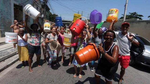 Mesmo com falta d'água em diversas ruas, presidente da Cedae afirma que não há racionamento. http://extra.globo.com/noticias/rio/mesmo-com-falta-dagua-em-diversas-ruas-presidente-da-cedae-afirma-que-nao-ha-racionamento-no-rio-15099025.html?utm_source=Twitter&utm_medium=Social&utm_campaign=compartilhar…