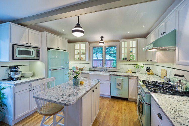 cuisine vintage avec meubles en blanc, îlot en bois et marbre et