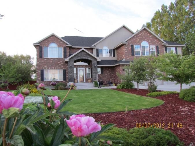 This 3282 square foot single family home has 6 bedrooms and 3.75 bathrooms.