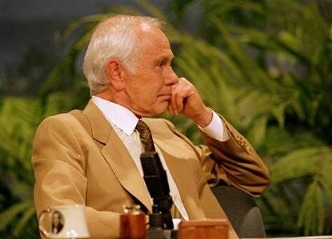 "Johnny Carson, May 21,1992, listens to entertainer Bette Midler sing him a farewell love song during the second-to-last taping of ""The Tonight Show"" in Burbank, Calif. Very touching."