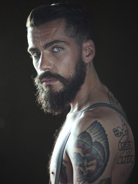 Photo of Mit Tinte geschwärzte bärtige Mann-Porträts Josh Dan