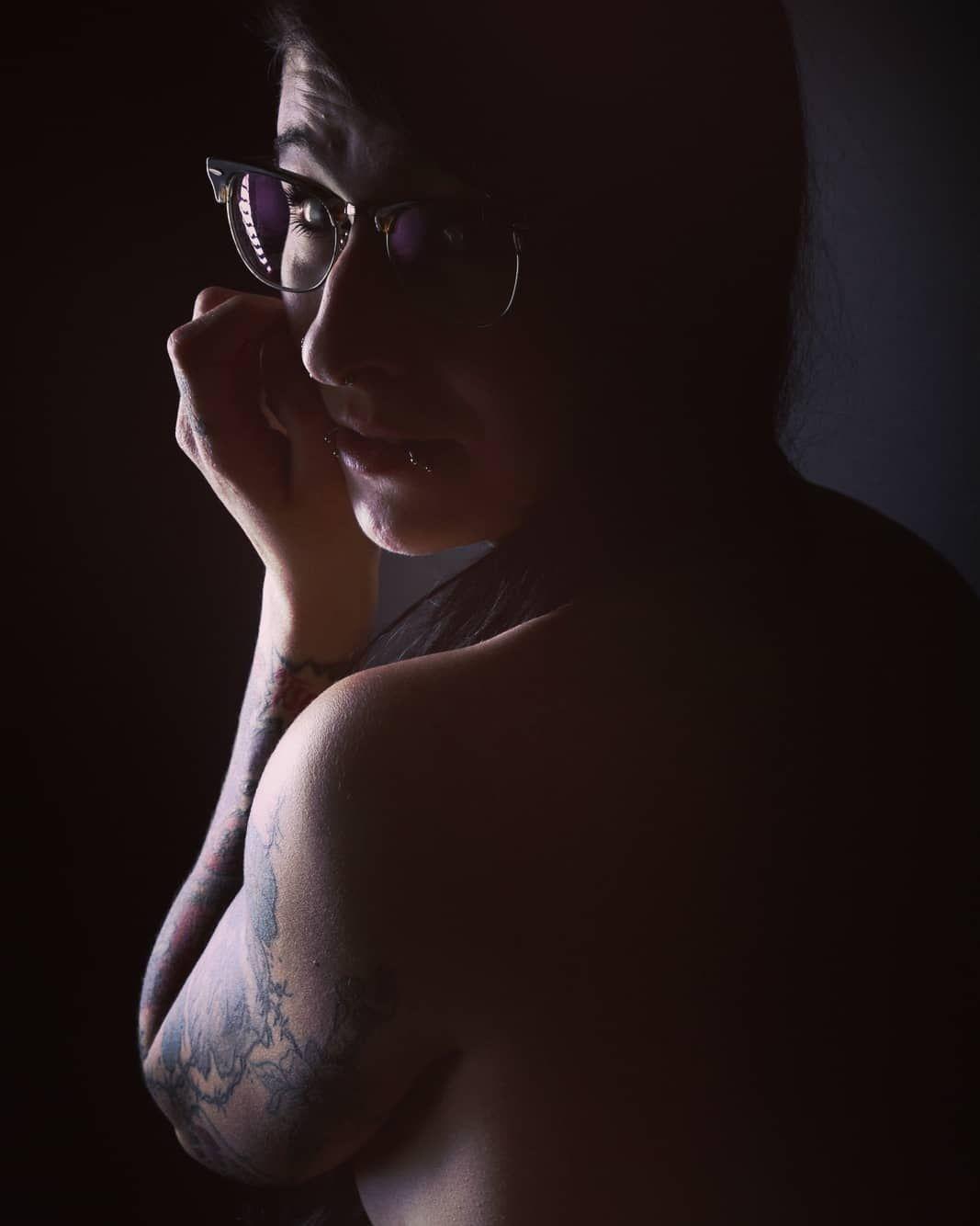 ☆☆☆ Lass Dir dein Leuchten nicht nehmenden, nur weil es andere blendet... ☆☆☆ . . #wednesdaymotivation #mittwoch #leuchten #light #lowkey #lowkeyphotography #blendend #portrait #portraitphotography #schatten #shadow #darkart #lovelywork #love #selflove #tattoolovers #tattooarm #inkedwomen #getyourselftattooed #moreorless #⭐️ #💡#🖤