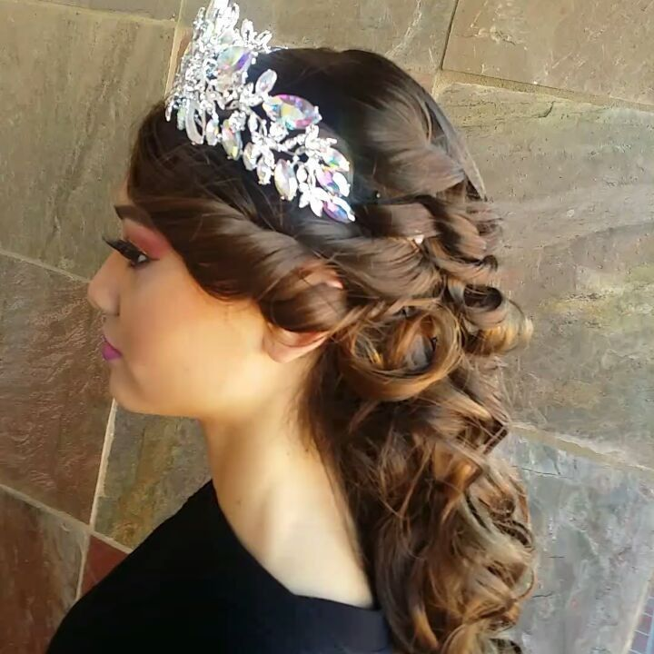 20 Absolutely Stunning Quinceanera Hairstyles With Crown Quinceanera Hairstyles Hairstyles Theme Mexican Hairstyles