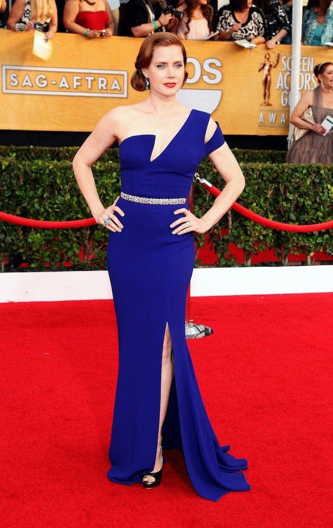 Amy Adams con vestido en azul klein con escote asimétrico con un cinturón fino de brillantes de Antonio Berardi.