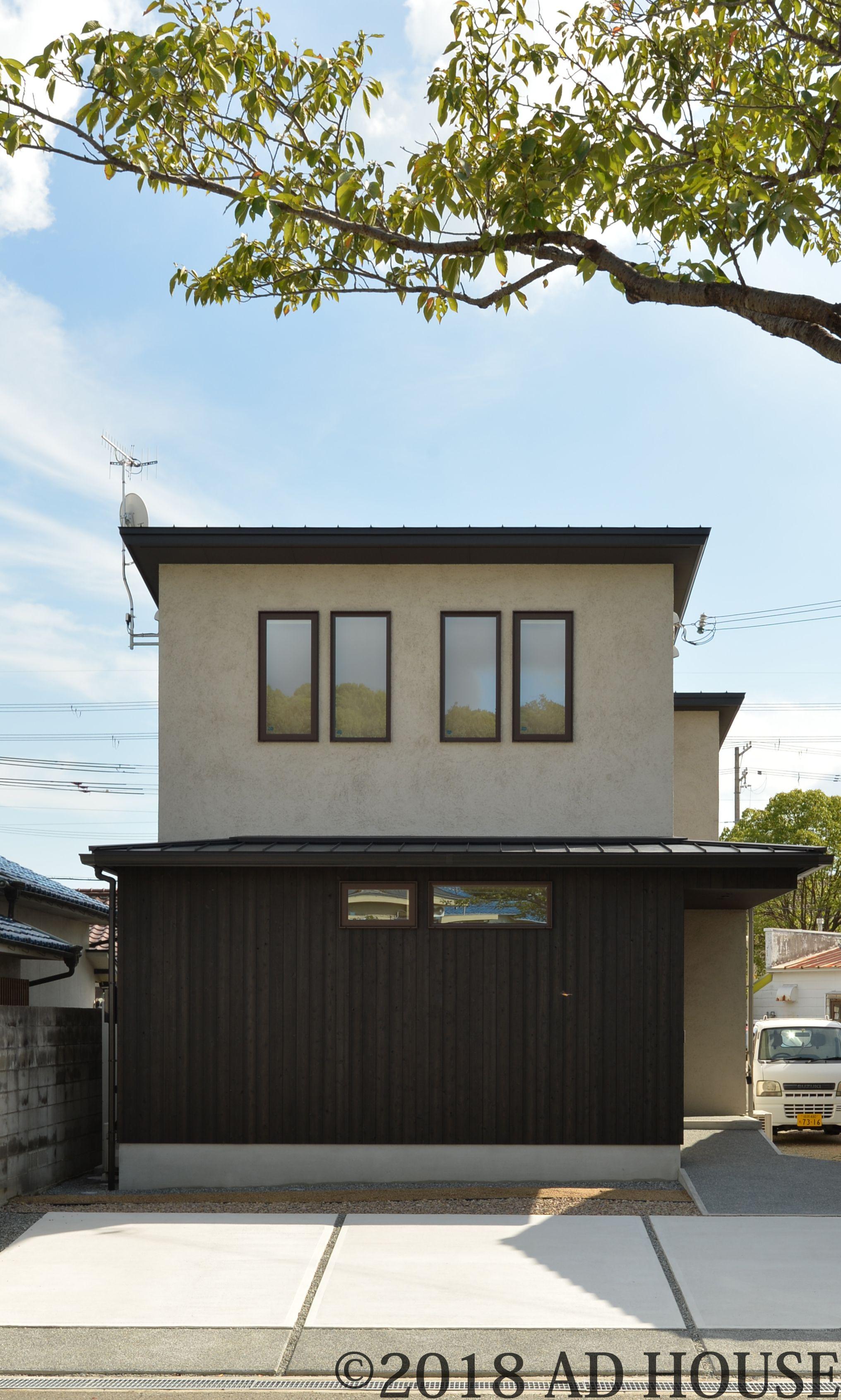 外壁は白州そとん壁 グレー色 下屋部分の外壁は黒塗装の焼杉板