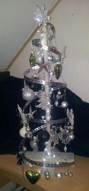 Zelfgemaakte kerstboom gemaakt van oa montageband.