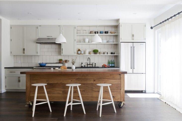Americana isla de la cocina de nogal negro por MS / MS y taburetes de roble Sawkille en apartamento de Venecia por SIMO Diseño | Remodelista