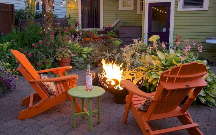 Idee giardino piccolo arredamento con due sdrai di legno colore