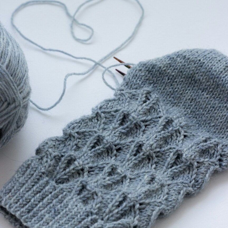 I really like this design of lace socks. Soon the will be in new yarn and new color.