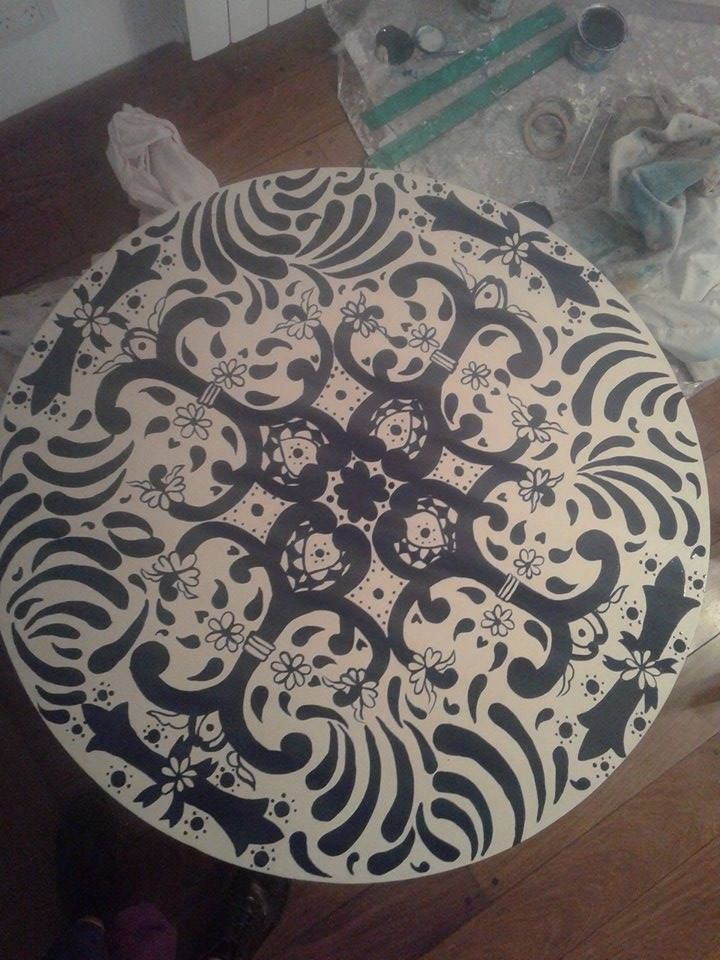 mesa pintada a mano por Camila Desimone temática mexico