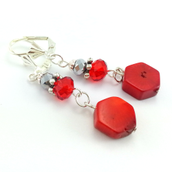 Kolczyki z kamieni czerwonego korala i kryształków.