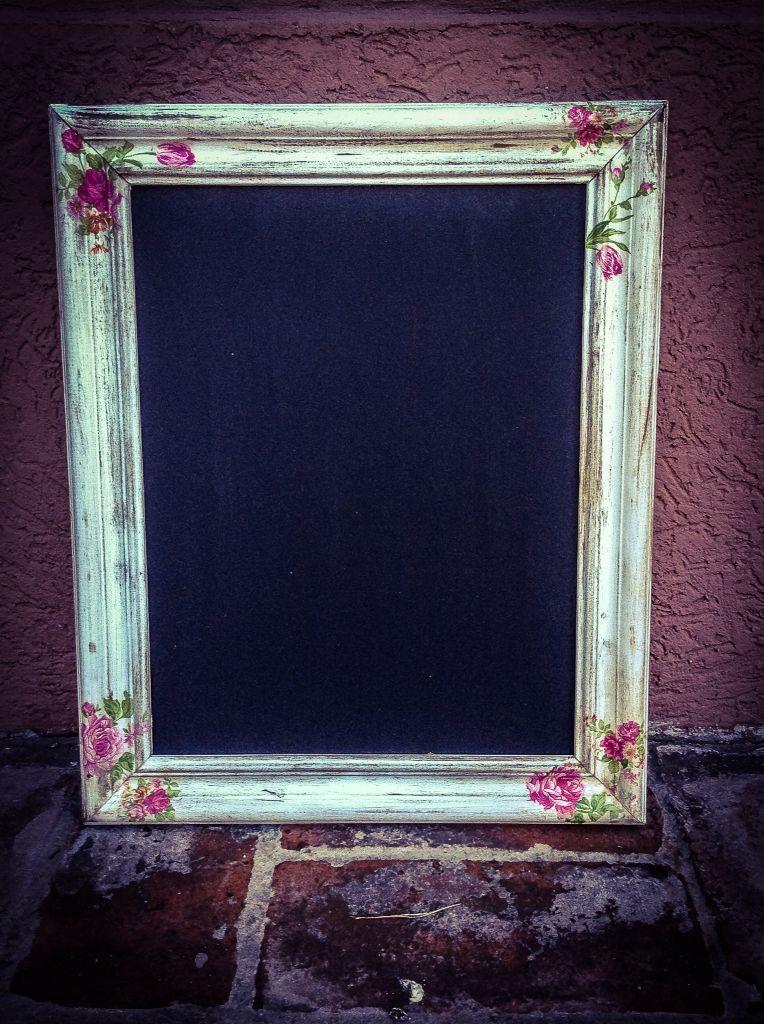 Pizarra con marco de madera envejecido y decoupage, de El almacen de ...