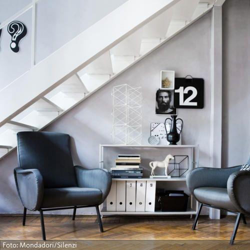 Wohnideen Treppenaufgang sitzecke mit schwarzen sesseln unter treppenaufgang treppenaufgang