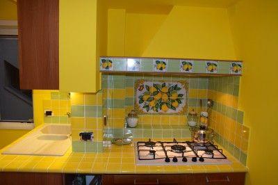 Cucina vietrese realizzata con un pannello murale e piastrelle