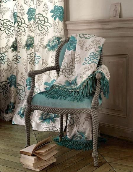 Manuel Canovas works for the Parisian group Coefax and Fowler. Your paper collection is characterized by designs, luxury and emphasis on texture of decorative fabrics in the collection, in Gaston y Daniela