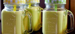 Deze smoothie met banaan, mango, kiwi en avocado is een lekker zomerse smoothie bomvol vitamines. Lees hier hoe je hem maakt.