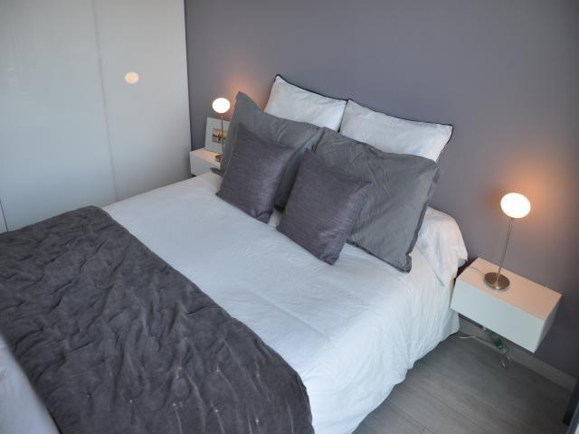 Photos d coration de chambre d 39 adulte suite moderne design contemporain violet gris de - Chambre a coucher mauve et gris ...