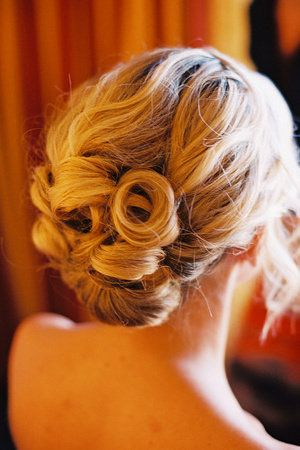 Love the pincurl on top of this hairstyle.