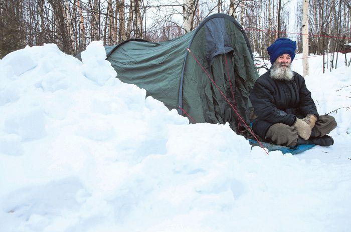 Haastattelun jälkeen Tufaanin teltta paloi ruuanlaittopuuhissa. Ystävät hankkivat hänelle uuden. Kuvassa Tufaan on uuden telttansa edustalla.