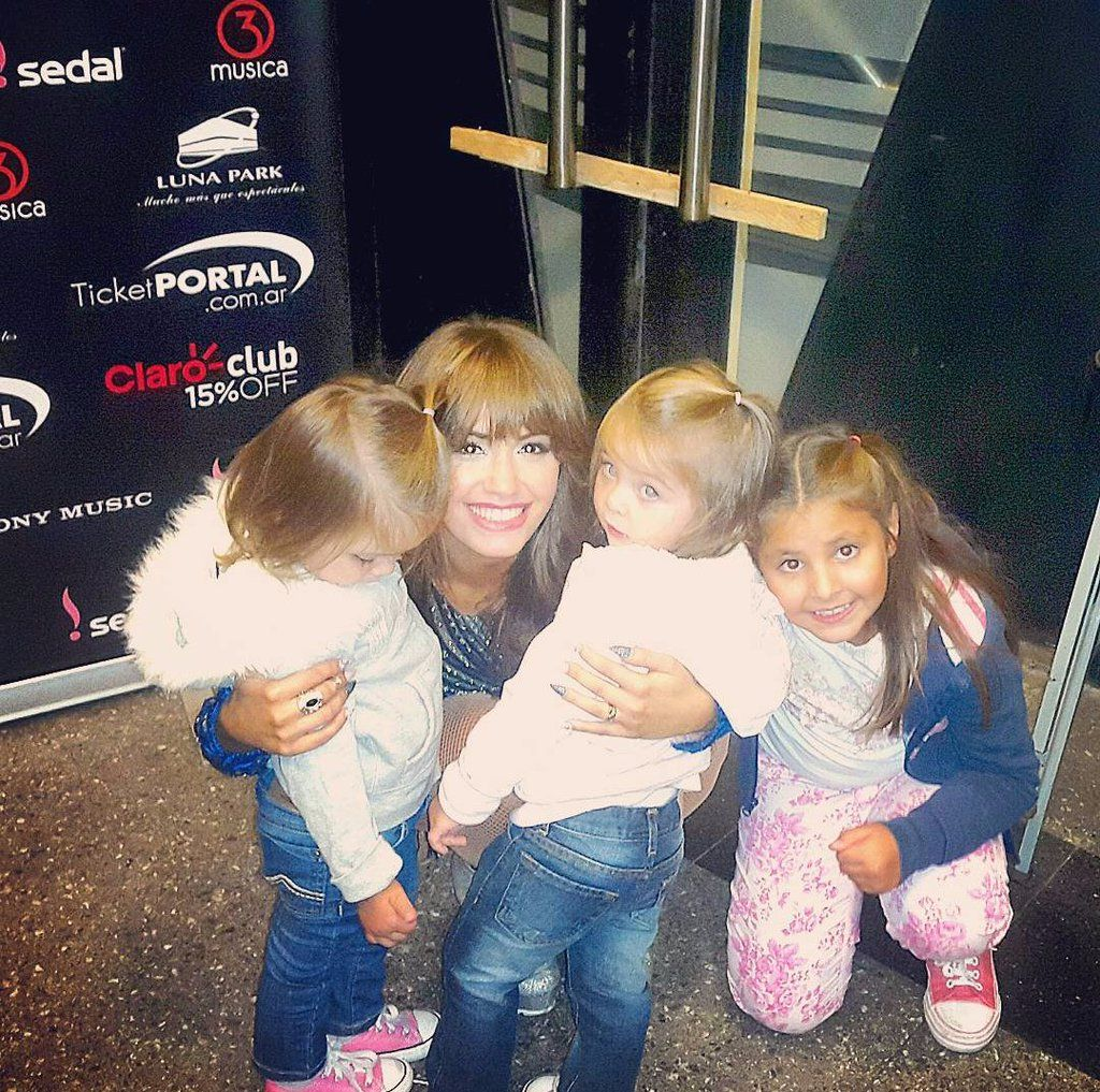 "Sofi. on Twitter: ""Awwww la sonrisa de Lali con las gemes  https://t.co/DN7Nz821Zr"""