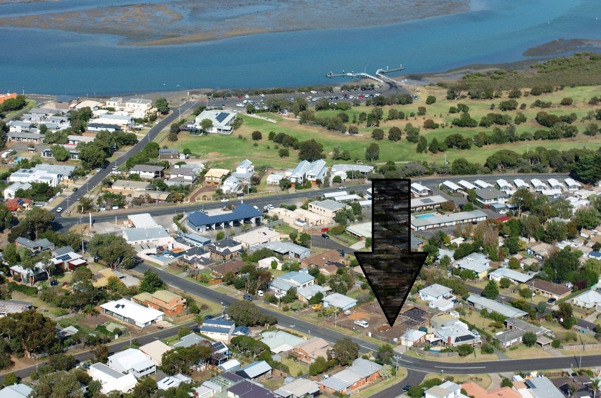 Bell Air complex is located 350 metres to the Barwon River, and 1km to the main surf beach