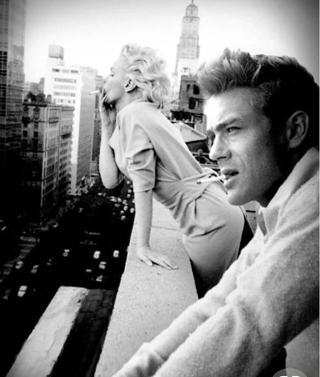 James Dean e Marilyn Monroe affacciati sulla fifth avenue. New York, 1953.