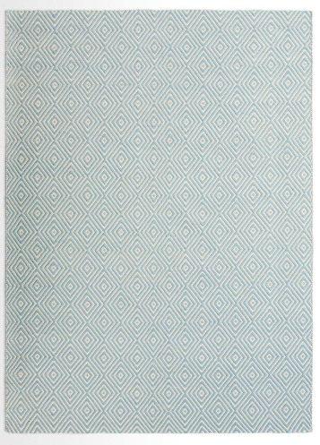 Rhea. Dieser himmelblaue Teppich beflügelt dein Home Office. Der rustikale Stil und die hellen Farbtöne fügen sich perfekt in jedes minimalistisch eingerichtete Zimmer ein.