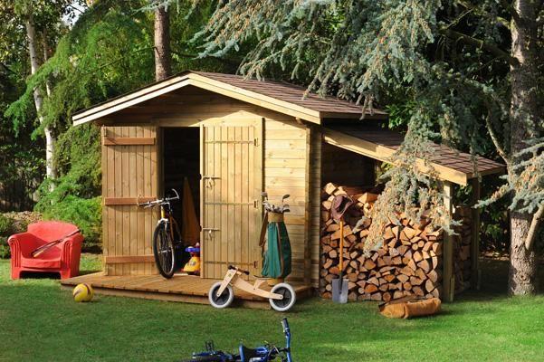 un cabanon de jardin avec son appentis pour ranger le bois