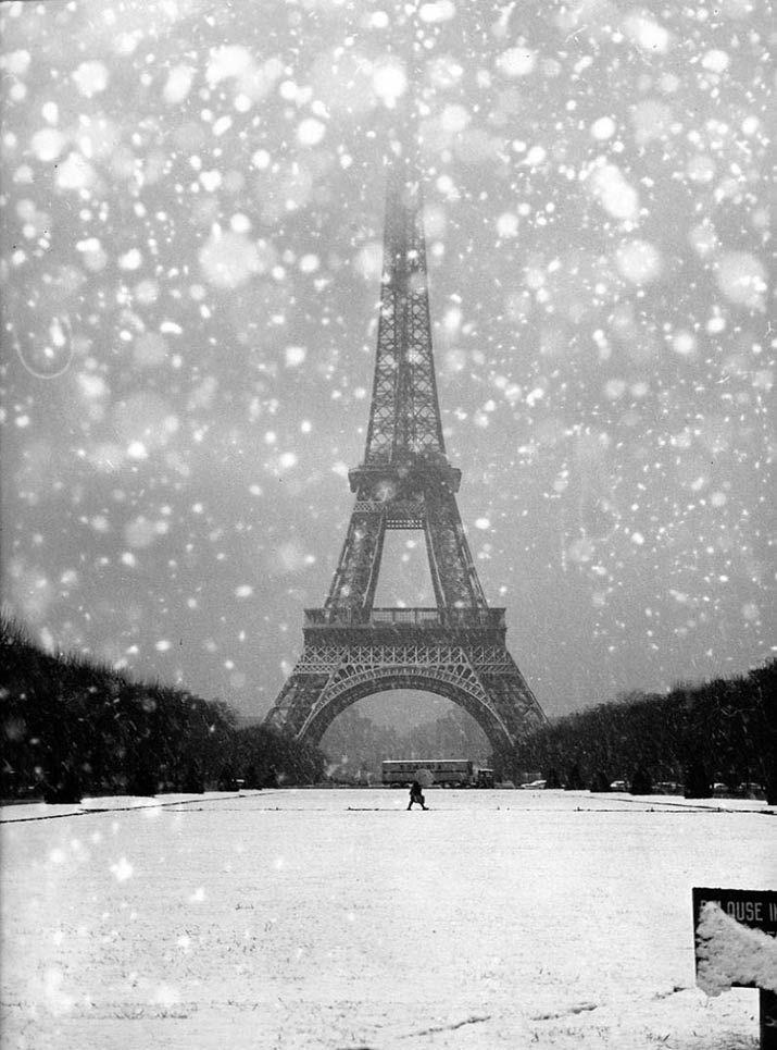 La tour Eiffel sous la neige (1964)   Robert Doisneau photo vintage noir et blanc paris les plus belles photos de paris sous la neige