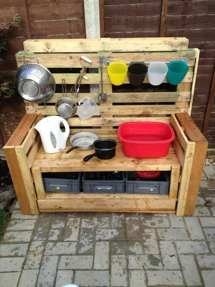 pallet mud kitchen kinderkrippe pinterest kinderk che drau en und matsch. Black Bedroom Furniture Sets. Home Design Ideas