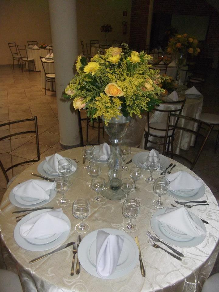 Mesa De Convidados Com Arranjo Alto Com Flores Amarelas Com
