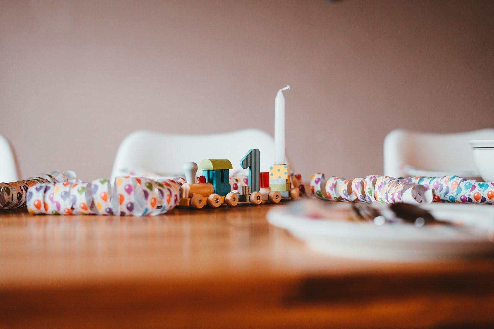 تزيين طاولة عيد ميلاد اطفال بأفكار وحيل منزلية بسيطة ألوانز Laughing Images Unsplash Photo