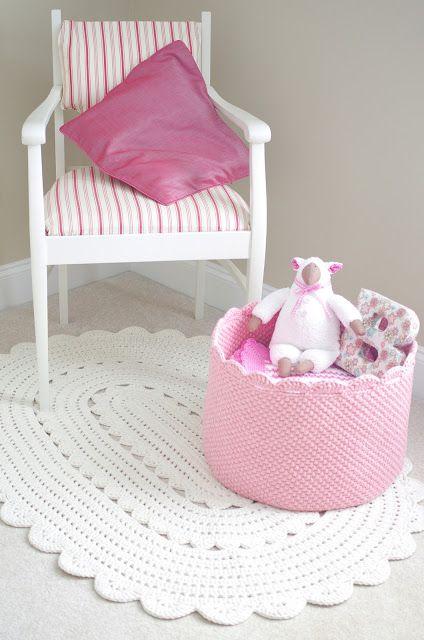 Alfombra y cesta crochet tonos rosas Para comedor zona ordenador