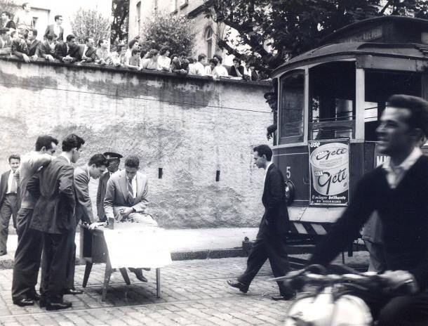 1958 - Foto de um protesto contra o aumento da tarifa de transporte em São Paulo: alunos do Mackenzie jogam xadrez na rua, interrompendo a passagem do bonde.