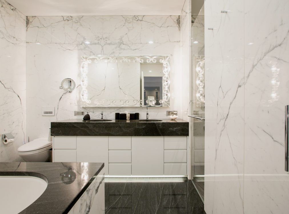 Kunsvoller Spiegel - ein der Bad Ideen Naturstein Badezimmer
