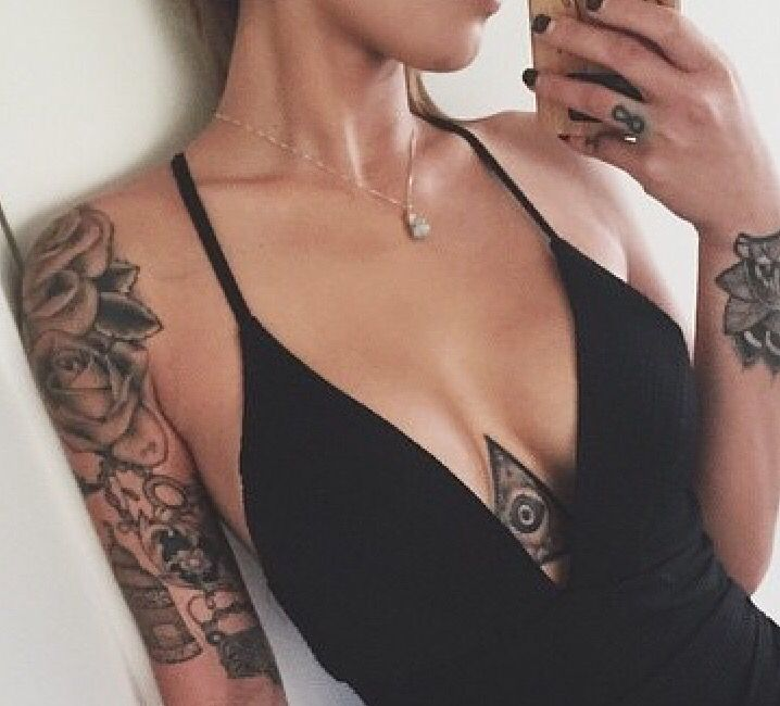 I Love The Tat In Between Her Breasts Love The Placement Too Fashion Hot Tattoo Girls Tattoos