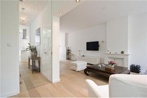 wit hoogglans tv meubel met donker houten salon tafel in lichte ...