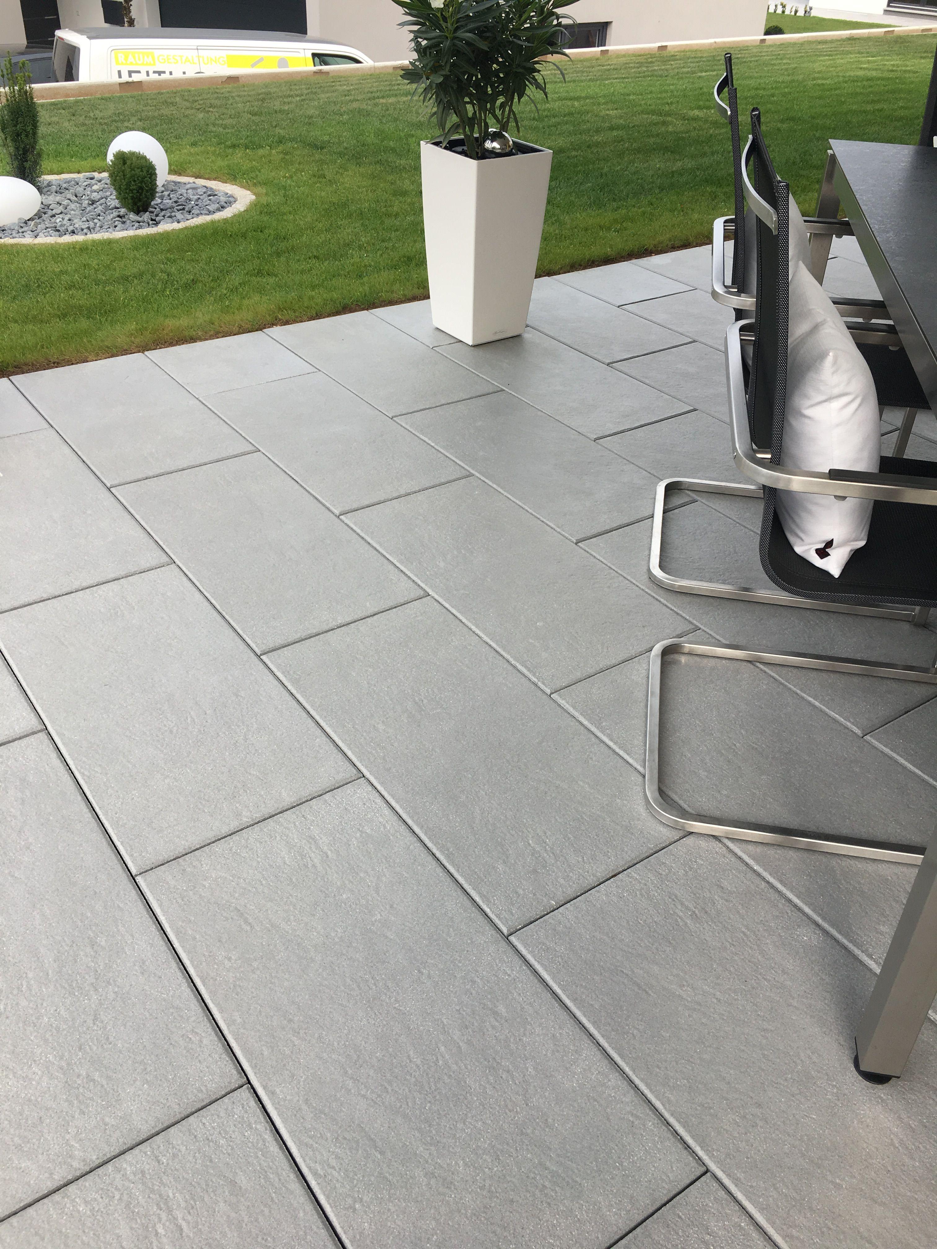 Rechteckige Terrassenplatten In Einem Modernen Grauton Terrasse