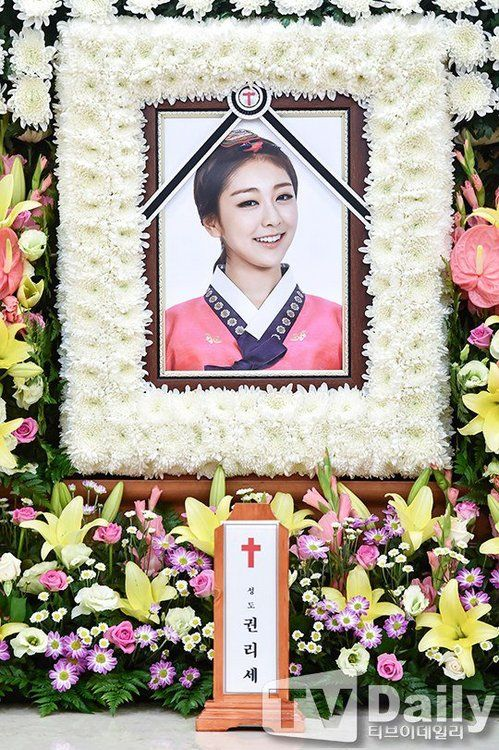 First Photos From Ladies Code Rise S Funeral Released Koogle Jonghyun Sulli